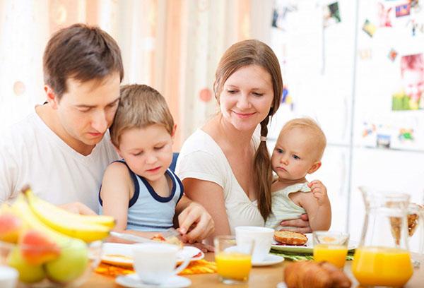 Семья с детьми за столом