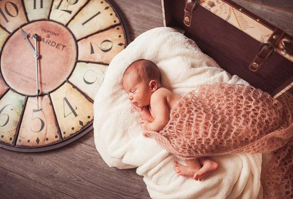 Спящий младенец и часы