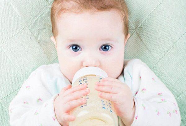 Малыш пьет рисовый отвар