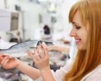 Девушка с рыбой в руках
