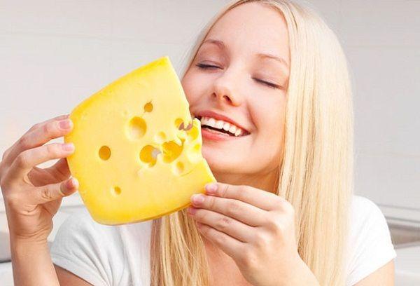 Девушка с куском сыра