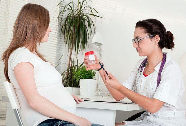 Беременная женщина сдает анализы