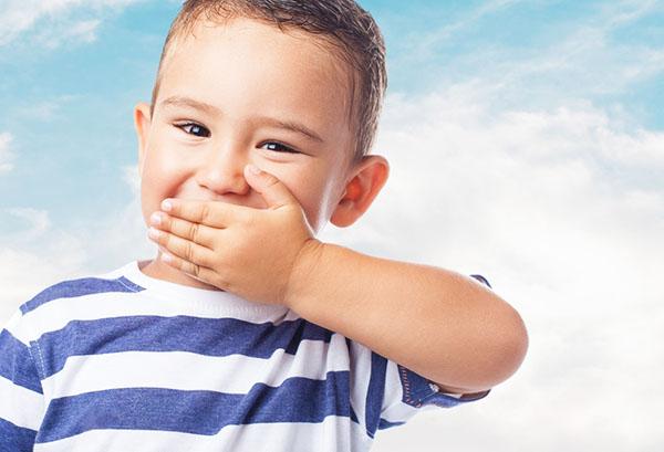 Ребенок закрывает рот рукой