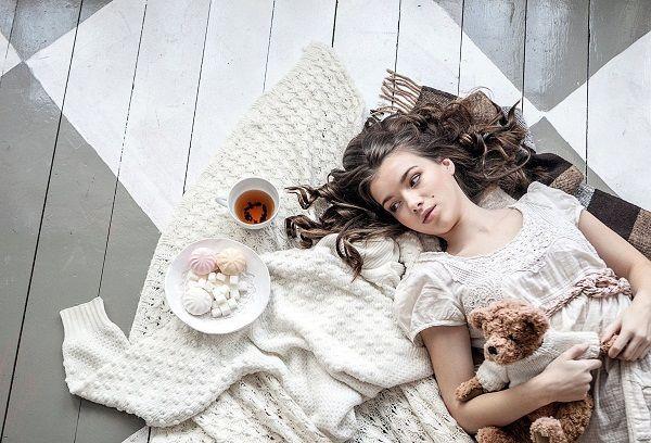 Девушка лежащая на полу