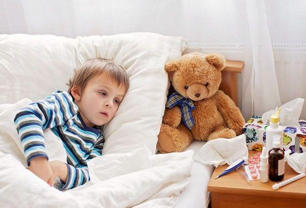 простуженный мальчик в кровати