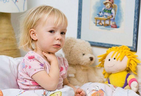 болит горло у ребенка