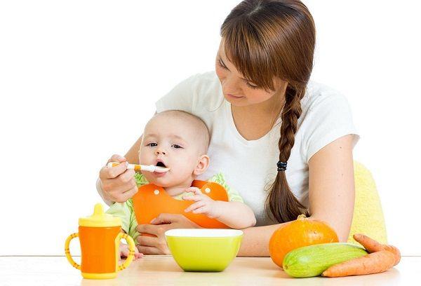 мама кормит ребенка
