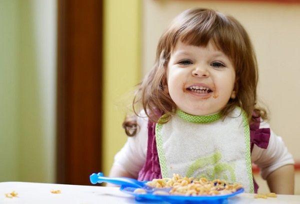 двухлетняя девочка за столом