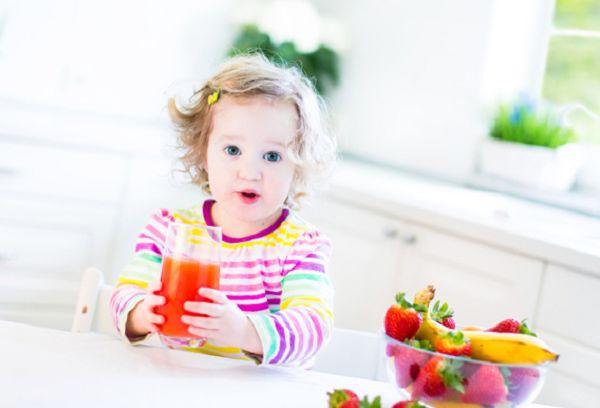 девочка со стаканом сока в руках
