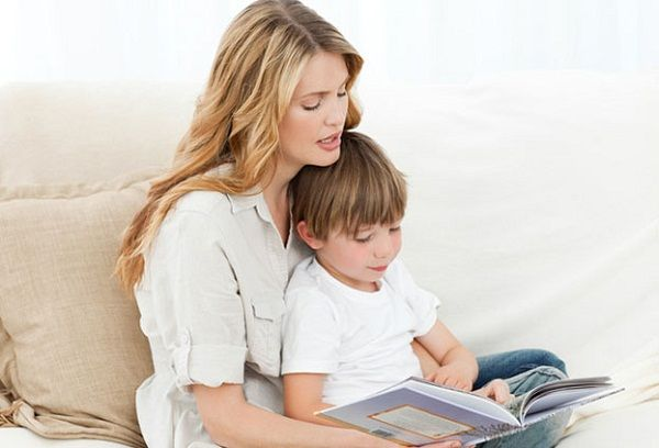 мама читает ребенку