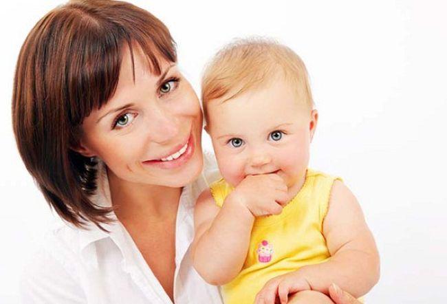 мама с новорожденной девочкой