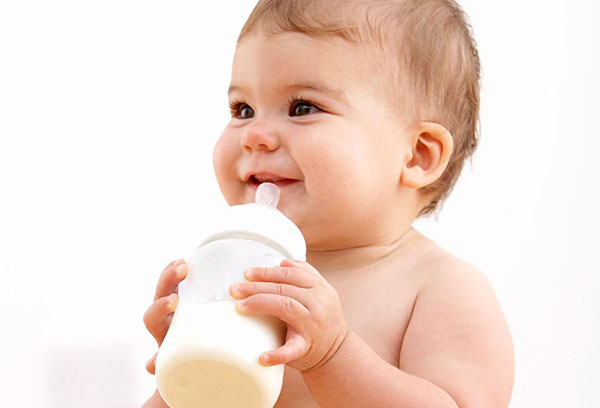 Малыш с бутылочкой смеси