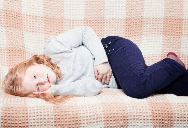 девочка лежит на диване