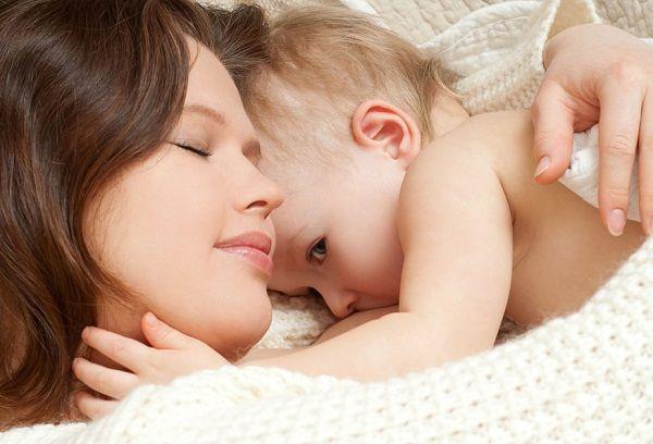 грудничок с мамой в обнимку
