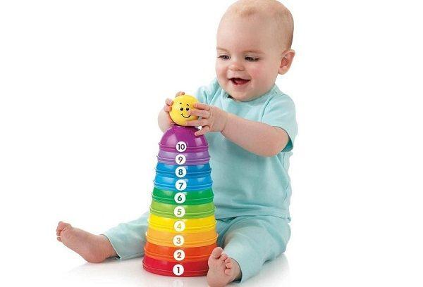 ребенок играет игрушкой