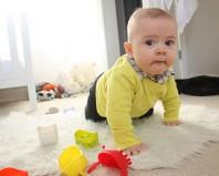 Ребенок научился вставать на четвереньки
