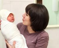 Мама запеленала младенца