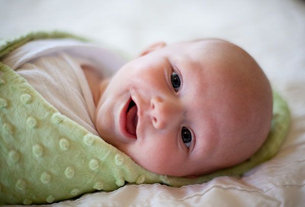 Малыш в зеленой пеленке