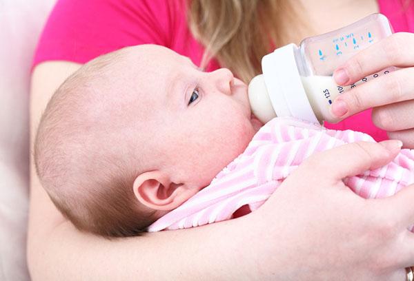 Кормление малыша смесью