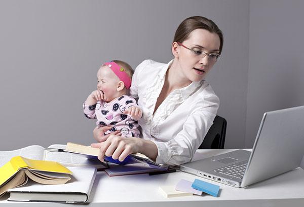 Работающая мама с маленьким ребенком