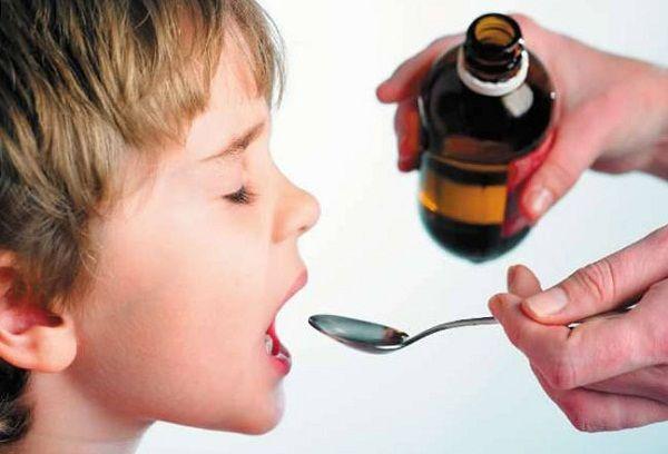 мальчик пьет сироп с ложки