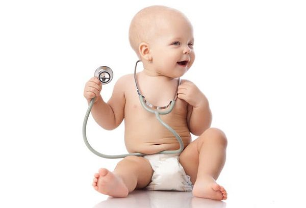новорожденный с фонендоскопом в руках