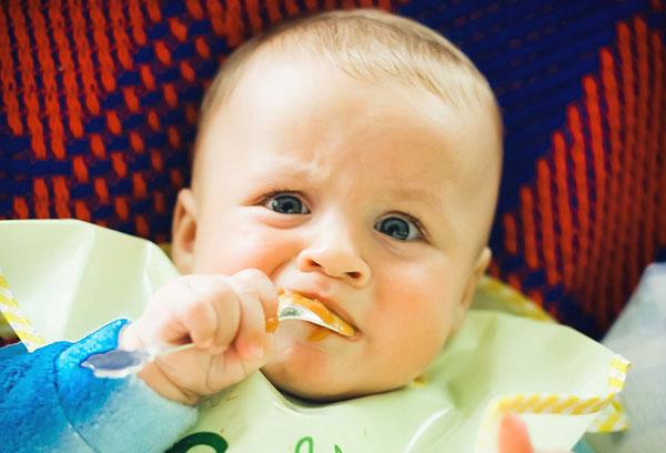 Ребенок сам кушает прикорм