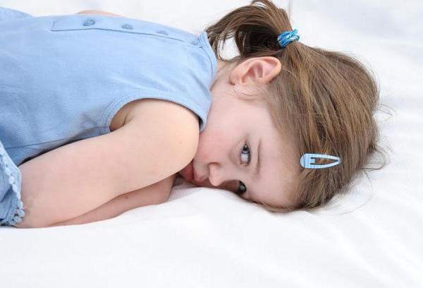 лежачая на животе девочка