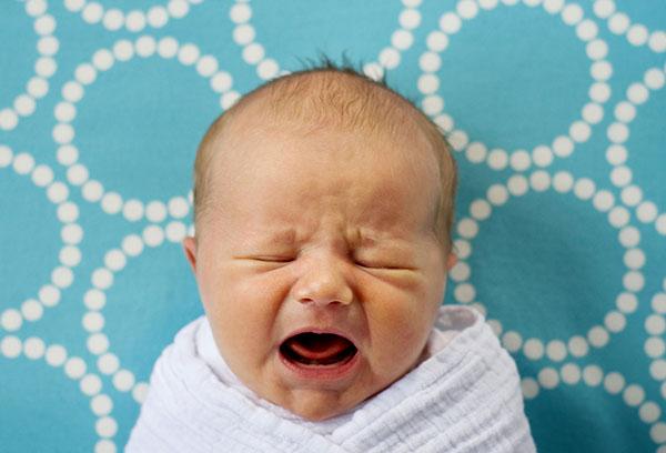 Плачущий новорожденный