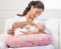 """Мама кормит грудью ребенка в позе """"Колыбелька"""""""