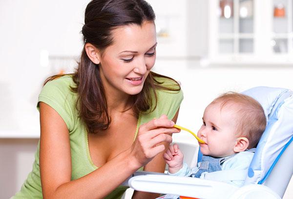 Кормление малыша кашей