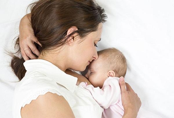 спящие новорожденный и мама