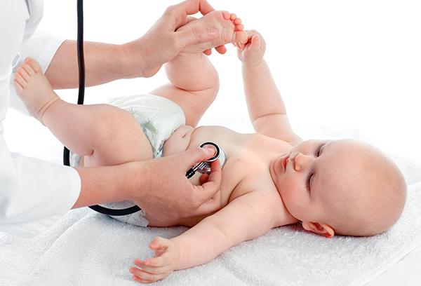 Осмотр младенца педиатром