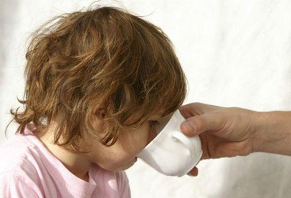 ребенок пьет регидрон
