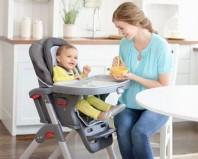 ребенок сидит на стуле для кормления