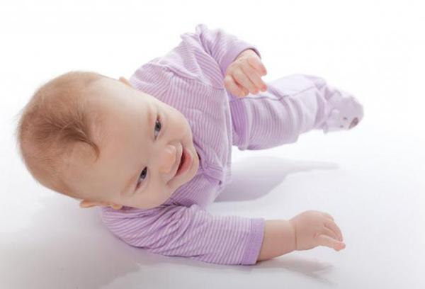 Младенец пытается перевернуться