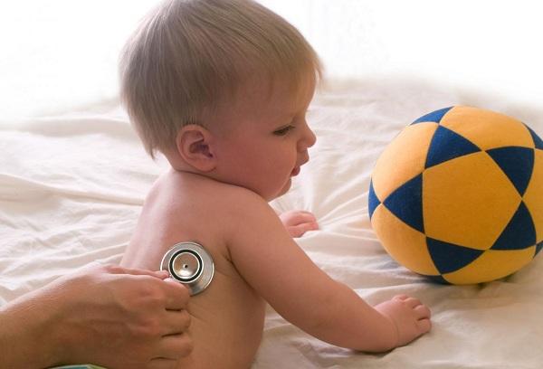 врач осматривает малыша