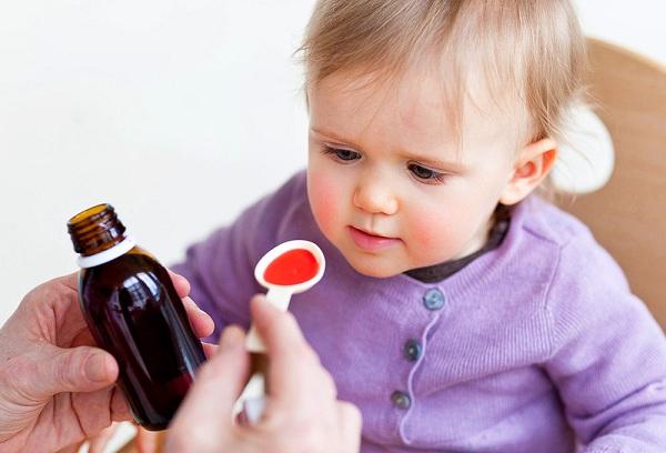малыш пьет сироп от кашля