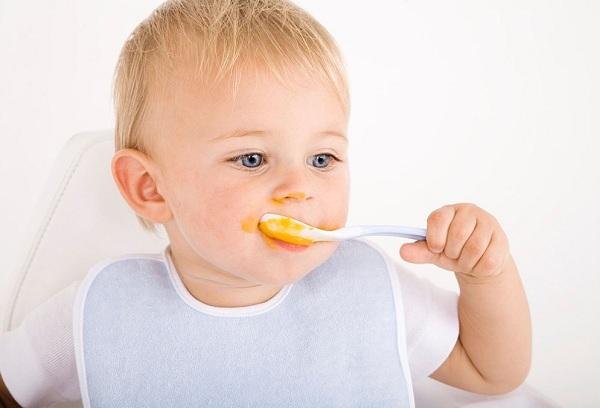 грудной ребенок ест