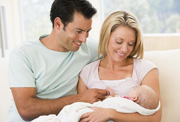 Молодые родители с малышом
