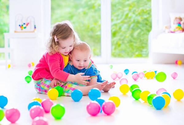 дети играют шариками