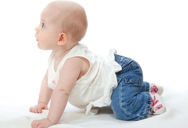 новорожденный ползает