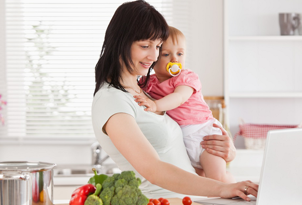 женщина с ребенком на кухне