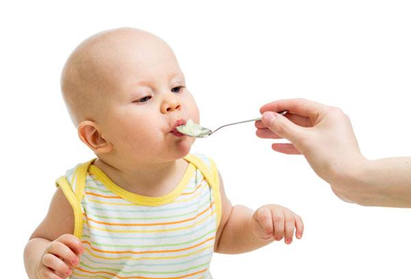 Кормление ребенка кашей с ложечки