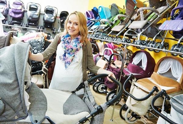 беременная женщина в магазине колясок