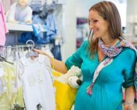 женщина в магазине детской одежды