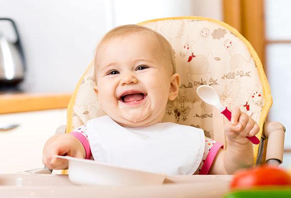 Довольный малыш ест прикорм