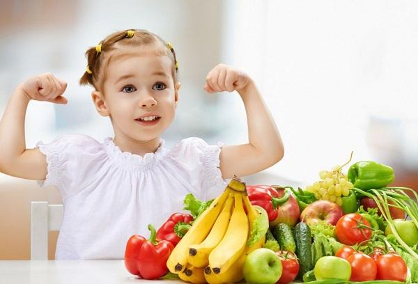 девочка и разные фрукты