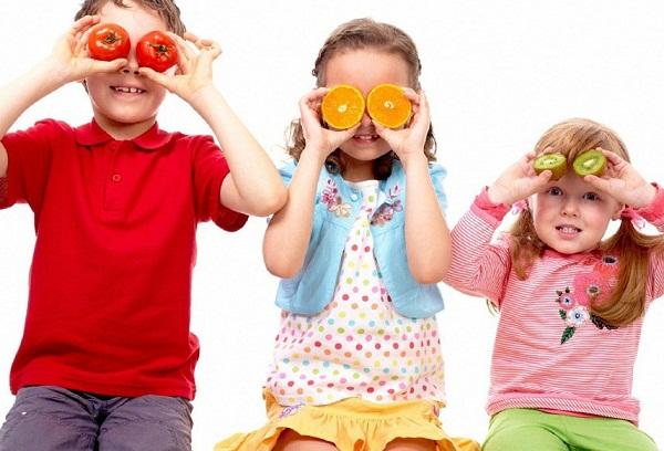 дети с фруктами