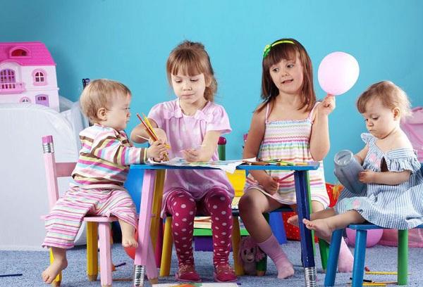 дети играют в садике